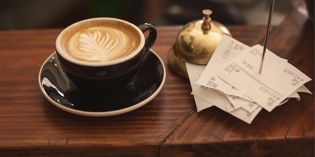 egy csésze habos mintás kávé
