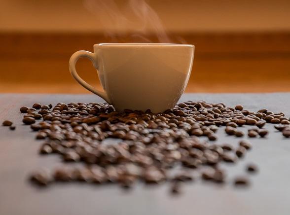 Kávéscsésze szemeskávéval
